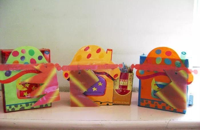 玩具名称:编一编   适宜班级:中班   玩具功能:   锻炼幼儿手部小肌肉群的发展,让幼儿手眼协调编织,并在上下串编的过程中,锻炼幼儿的记忆力及发现编织的规律。同时可以锻炼幼儿的色彩搭配能力。   材料和制作方法:   卡通背景托,塑封彩条   剪出可爱的背景图案,裁出条状但不剪断,另外剪出彩条,并为其塑封。   玩具玩法:   让幼儿根据串编一上一下的规律,让幼儿将彩条根据自己的喜好一上一下地穿过背景托,传编出漂亮的彩格。    玩具名称:采蘑菇   适宜班级:中班   玩具功能:   1、能较